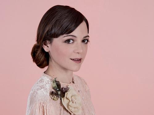 El original estilo de vestir de Lafourcade inspira a las amantes de la moda y la estética vintage. (Foto: Tijuanayo)