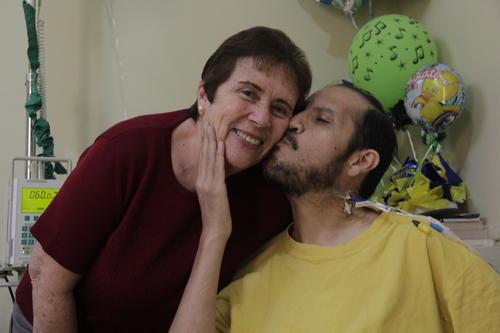 Nelson Leal besa a su mamá, doña Miriam, quien no se ha separado de su querido hijo. (Foto: Fredy Hernández/Soy502)