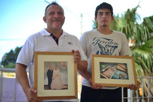 Néstor Aguilar, con su hijo, y las fotos que Soy502 recuperó para su familia: una reproducción del retrato de boda y una de la foto tomada en el área del alud. (Foto: Fredy Hernández/Soy502)