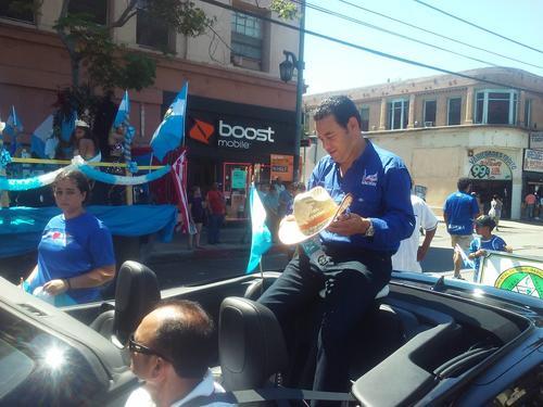 """Con el sombrero de """"Neto"""", su personaje en la serie cómica """"Moralejas"""", Jimmy Morales saludó a los migrantes en Los Ángeles. (Foto: Giovanni Bautista)"""