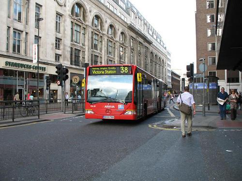 Ésta es la New Oxford Street, una de las calles más grandes de Londres, ubicada en la Ciudad de Westminster, y una de las vías más famosas del mundo para hacer compras. (Foto: London View)