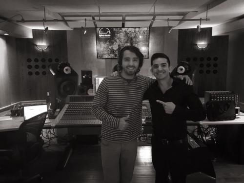 """Nico Farías junto a Carlos Escalona Cruz, uno de los productores del nuevo álbum """"Marc Anthony for Babies"""". (Foto: Nico Farías)"""