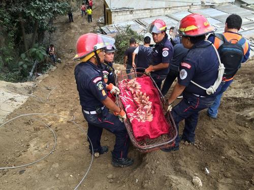 La menor fue trasladada por los Bomberos Municipales a la superficie del lugar donde se instaló una Morgue improvisada.  (Foto: Roberto Caubilla/Soy502)