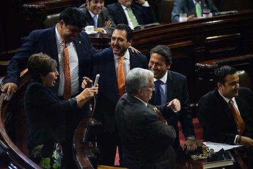 """Varios colegas de Montenegro se acercaron a ella para bromear, ya que creían que se trataba de una """"selfie"""".  (Foto: Wilder López/Soy502)"""
