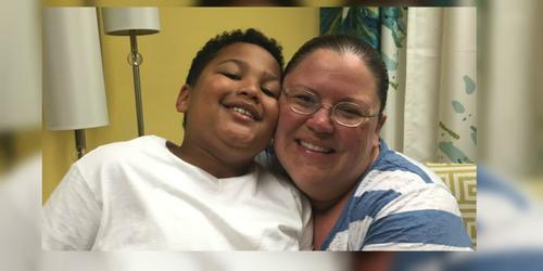 Tristan y la que pronto será su madre adoptiva, Donnie Davis. (Foto: KOLR)