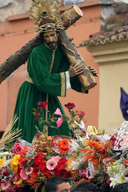 """La procesión de """"La Reseña"""" es una de las más solemnes del Centro Histórico. La imagen del Nazareno es una joya de talla colonial. (Foto: Raúl Illescas)."""