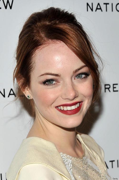 Emma Stone no sabe verse mal. Para que veas que a las pelirrojas, naturales o no, también les queda bien el rojo en los labios.