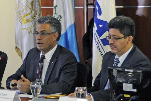 """Carlos Muñoz, izquierda, y Omar Franco, fueron jefes de la SAT, ambos fueron arrestados en abril de este año sindicados de pertenecer a una red de defraudación aduanera denominada """"La Línea"""". (Foto: Archivo/Soy502)"""