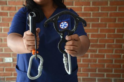 """Los """"ascenders"""" y el """"8 de rescate"""" o descensor, soportan un peso de 5 mil libras aproximadamente. (Foto: Selene Mejía/Soy502)"""