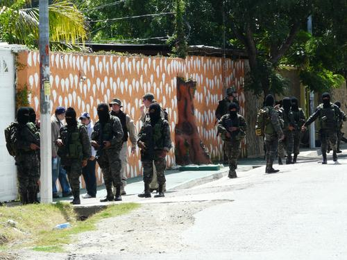 En 2009 un operativo conjunto de fuerzas locales y estadounideneses allanó la residencia de los Lorenzana en la Reforma, Zacapa, pero el operativo fracasó debido a la intervención de la población y no lograron detener a nadie. (Foto: Nuestro Diario).