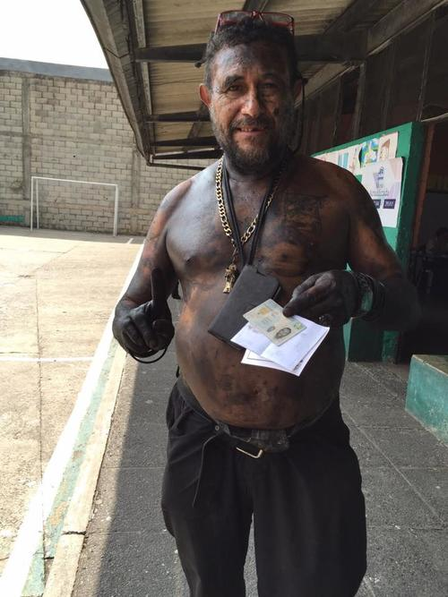 Leonel Samayoa luego haber emitido su sufragio. (Foto: Soy502/Marcela Fernández)