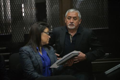 Otto Pérez Molina y Roxana Baldetti a la espera del inicio de la audiencia por el caso La Línea. (Foto: Wilder López/Soy502)
