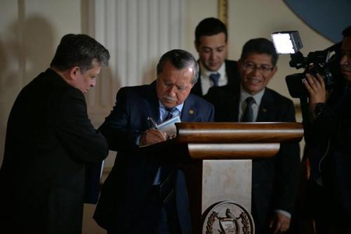 El diputado de FCN Nación, Edgar Ovalle, se compromete con la propuesta de reformas constitucionales. ¿Pose o realidad? (Foto: Wilder López/Soy502)