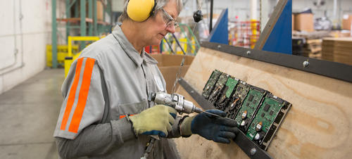 Un trabajador de Apple en el centro de reciclaje en Roseville, California, donde desmantela los discos duros obsoletos de una forma segura. (Foto: Apple)