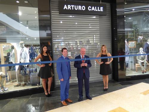 El fundador Arturo Calle presenció el corte de cinta que inauguró oficialmente la tienda en Guatemala. (Foto: cortesía)