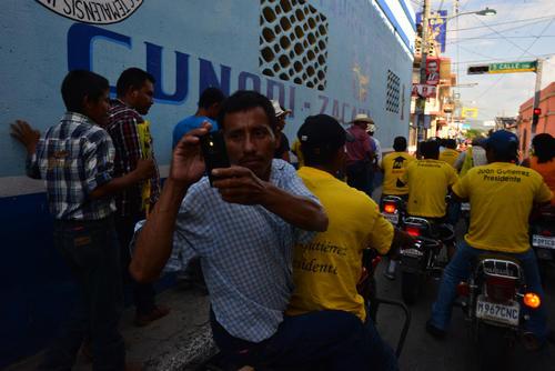 Vecinos de Zacapa quisieron inmortalizar el momento de ver a Juan Gutiérrez en su municipio. (Foto: Jesús Alfonso/Soy502)