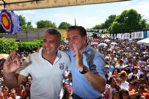 Javier Hernández, candidato a diputado, acompañó a Mario Estrada durante el discurso aunque no habló. (Foto: Jesús Alfonso/Soy502)