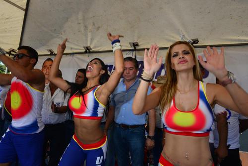 """Elenco del programa """"Combate"""" es el encargado de abrir el acto de Mario Estrada. (Foto: Jesús Alfonso/Soy502)"""