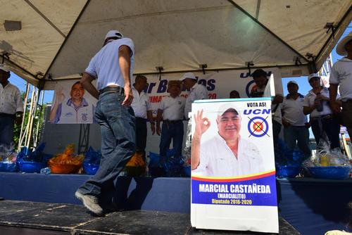 Tras el evento, cortesía del candidato a alcalde, Edagar Barillas, y el candidato a diputado, Marcial Castañeda, se rifaron cinco estufas y catorce canastas de alimentos. (Foto: Jesús Alfonso/Soy502)