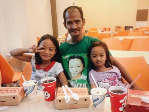 Una persona se conmovió e invitó al padre a una cena para compartir con alegría junto a sus hijas.