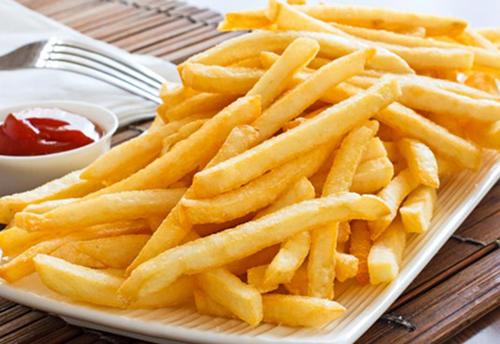 Expertos recomiendan moderar el consumo de las papas fritas para evitar daños en la salud. (Foto: LeaNoticias)