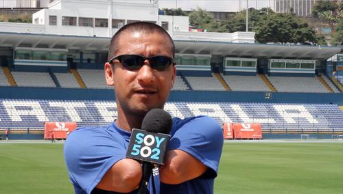 Al momento de brindar la entrevista, Raúl se negó a que le detuvieran el micrófono y aseguró que le daba más seguridad a la hora de hablar. (Foto: Luis Barrios/Soy502)