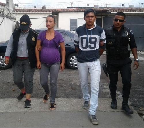 La pareja ingresa al juzgado de Villa Nueva. (Foto: PNC)