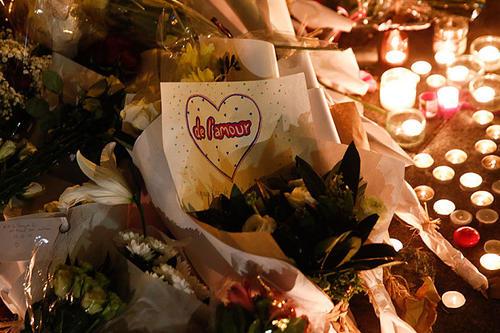 Tributos a las víctimas fueron dejados frente a Bataclan. (Foto: Bloomberg)