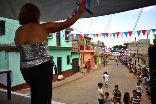 La cantante local, Mary Alvarado, fue la encargada de animar el ambiente antes de la llegada del candidato. (Foto: Jesús Alfonso/Soy502)