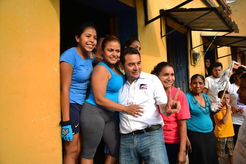 Las mujeres, que en Taxisco son el 49.5 de la población apta para votar, se tomaron fotos con Jimmy Morales. (Foto: Jesús Alfonso/Soy502)