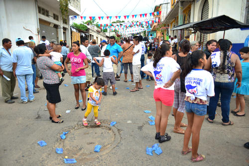 La actividad terminó a las 17:30, la gente comenzó a dispersarse y las bolsas de agua vacía, lo que se repartió durante el mitin, quedaron sobre la calle. (Foto: Jesús Alfonso/Soy502)