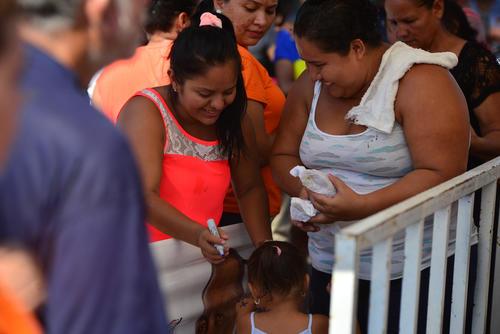 Al ingresar al lugar, las personas recibían una gaseosa en lata y un pan. Además, les hacían una X con un marcador permanente para que no volvieran a pedir comida. (Foto: Wilder López/Soy502)