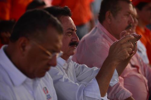 Mario David García toma una fotografía de los asistentes del mitin en Sipacate. (Foto: Wilder López/Soy502)