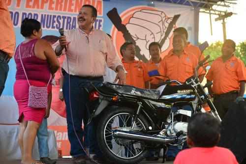 El premio principal de la tarde fue una motocicleta. Después de la rifa toda la gente se retiró del lugar. (Foto: Wilder López/Soy502)