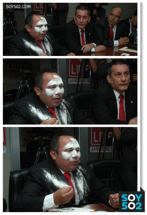 En plena citación, el diputado Camey tomó la harina y se la echó en el rostro.