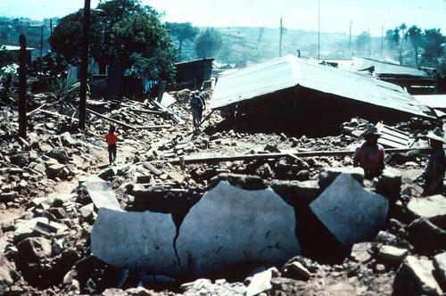 El terremoto afectó varios poblados del país. En la imagen se observa cómo quedaron varias casas en Patzicia, Chimaltenango, horas después del fuerte sismo y sus réplicas. (Foto: Departamento del Interior de Estados Unidos)
