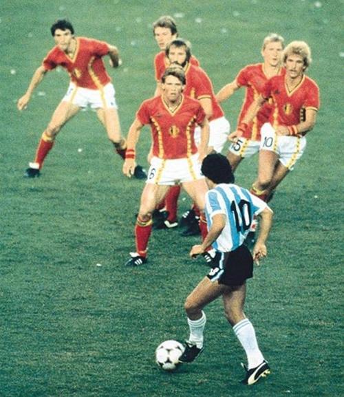 Maradona rodeado por seis belgas en el Mundial de 1982, fue captado por Steve Powell. (Foto: Infobae)