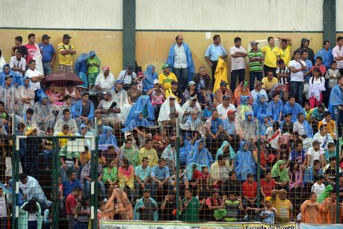 La fuerte lluvia no fue obstáculo para la afición de Petapa que se hizo presente para apoyar a su equipo. (Foto: Diego Galiano, Nuestro Diario)