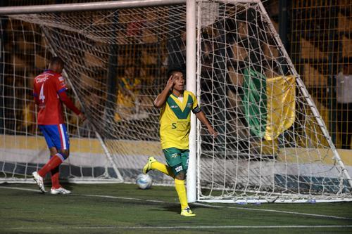 El jugador guatemalteco Mafre Icuté hizo doblete ante Xela, así celebró su segundo tanto. Por los visitantes anotó el panameño Brunet Francisco Hay. (Foto: Nuestro Diario)
