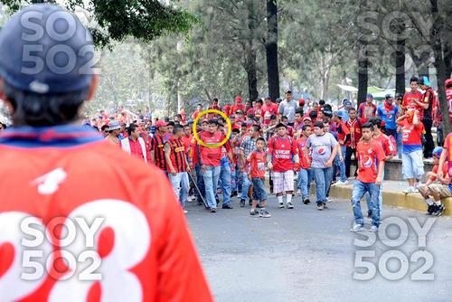 En las imágenes se observa que Marlon Puente estuvo con los aficionados rojos en las afueras del estadio el día del incidente. (Foto: Archivo/Soy502)