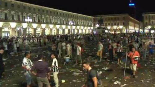 Los aficionados de la Juventus vivieron momentos de tensión en la Plaza San Carlos de Turín.