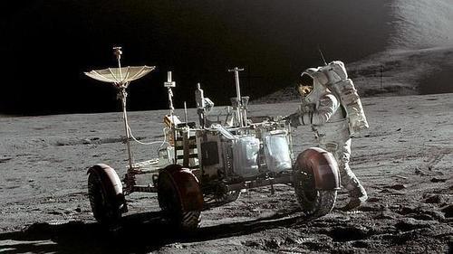 El polvo que se encuentra en la superficie lunar es un material abrasivo, pegajoso y poco saludable.