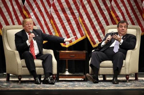 Donald Trumpo junto al gobernador Chris Christie quien podría ser su compañero de fórmula durante las próximas elecciones. (Foto: www.infobae.com)