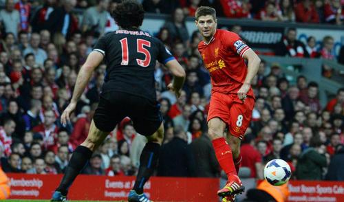 Steven Gerrard anotó uno de los goles del triunfo del Liverpool ante el Crystal Palace.