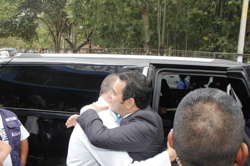El presidente electo Jimmy Morales (derecha), al momento de despedirse de Carlos Soto, Director del Hospital Roosevelt. (Foto: Jorge Senté/Soy502)