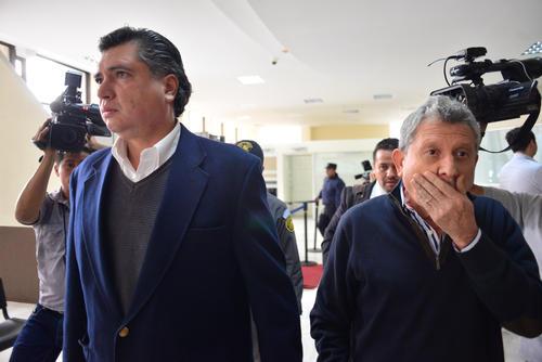 Gustavo Martínez camina junto a César Medina por un pasillo de Tribunales al salir de una audiencia por el Caso Redes. (Foto: Archivo/Soy502)