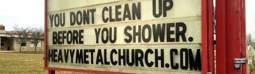 """El letrero a la entrada de la Iglesia Metalera dice: """"Tú no te limpias antes de entrar a ducharte"""". (Foto: Noisey/Vice)"""