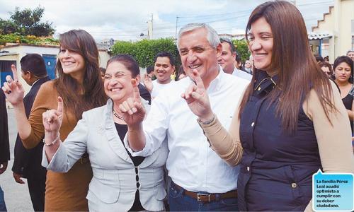 Una imagen de la campaña pasada, donde aparece Pérez Molina con su esposa Rosita, a la izquierda, y su hija Lissette, a la derecha. (Foto: Nuestro Diario)
