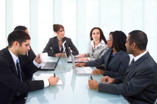 Para que la reunión sea exitosa trata de definir lo siguiente: llegar con una agenda definida, conocer a los involucrados, llevar opciones, manejar la comunicación con palabras claves y transmitir confianza.