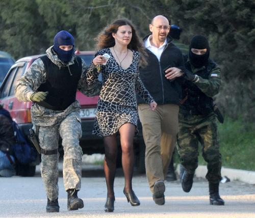 Mientras un oficial ruso entró en el edificio para negociar con los ucranianos la multitud era invitada a dispersarse. (Foto: AFP)